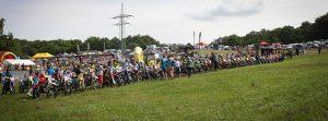 Die Startaufstellung der Motocrossfahrer bei auf der Wiese des MSTC Gembdental